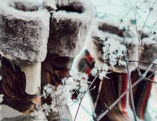 Stiefel mit Kunstfell von DOGO in winterlicher Umgebung