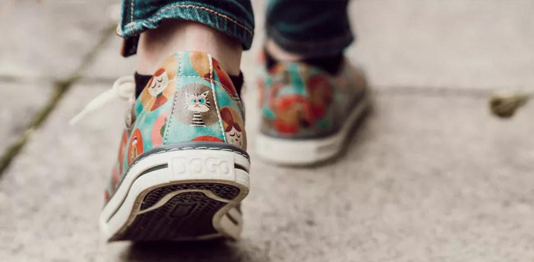 Nahaufnahme von Füssen in bunten DOGO Sneakern bei Gehen. Tipps wenn Schuhe quietschen