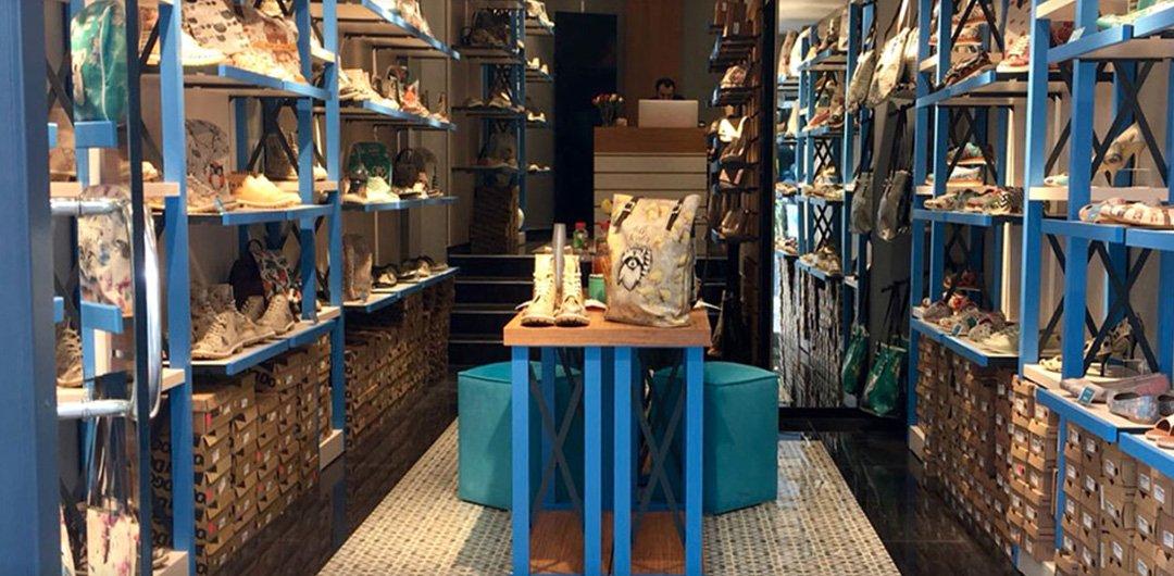 DOGO Shop in Köln mit bunten Schuhen und Taschen