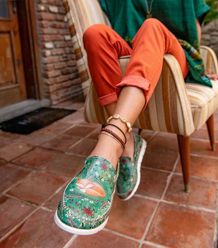 frau in veganen slippern von DOGO shoes sitzt auf einem stuhl