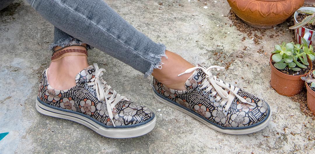 weibliche beine in veganen sneakern von DOGO shoes