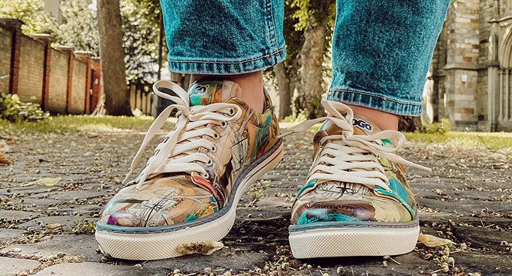 Klassische Sneaker mit buntem Motiv auf Kopfsteinpflaster
