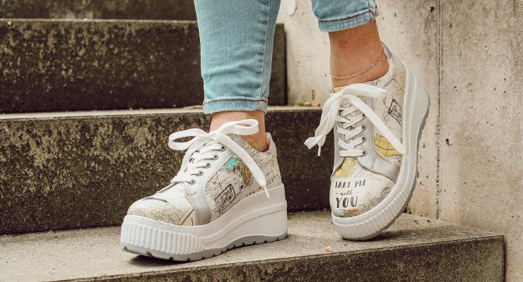 Bunte Sneaker für Damen mit Plateausohle und einer Weltkarte als Motiv