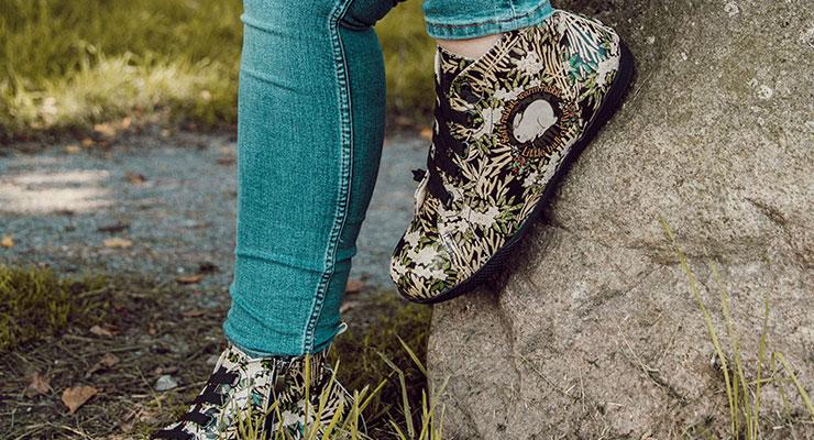 Frau mit den DOGO High-Sneakern Damen auf einem Stein.