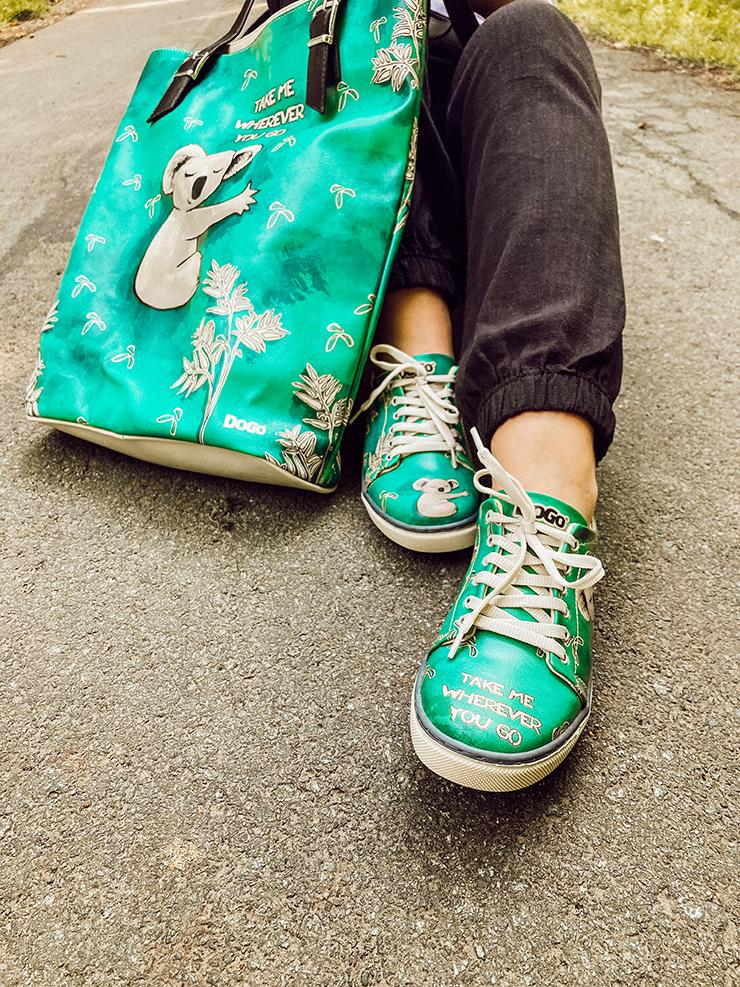 Grüne Schuhe und Tasche mit einem Koala drauf von der Marke DOGO